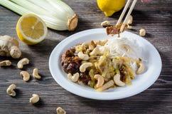 Pollo del limón con los tallarines y el anacardo Fotografía de archivo libre de regalías