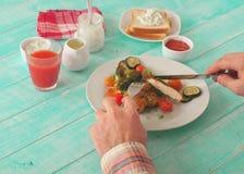 Pollo del pranzo dell'uomo con le verdure Fotografie Stock