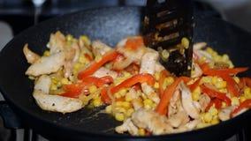 Pollo del sofrito, pimientas dulces y maíz metrajes