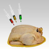 Pollo del supermercato con gli additivi - prodotti chimici, ormoni ecc fotografie stock