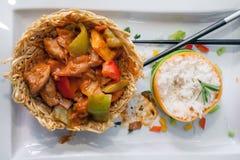 Pollo delicioso del wok con pimientas verdes y salsa roja Fotografía de archivo