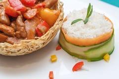 Pollo delicioso del wok con pimientas verdes y salsa roja Foto de archivo libre de regalías
