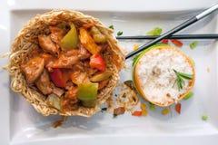 Pollo delicioso del wok con pimientas verdes y salsa roja Imagen de archivo libre de regalías