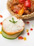 Pollo delicioso del wok con pimientas verdes y salsa roja Imágenes de archivo libres de regalías