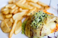 Pollo delicioso Kromacher con Fried Potatoes y la cebolla Sprouds Fotos de archivo