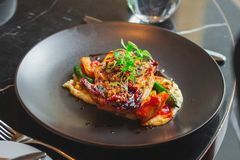 Pollo delizioso al ristorante dell'hotel immagini stock