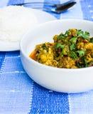 Pollo dell'alimento della Tailandia in salsa di curry in una tazza su una tavola di legno Immagine Stock