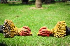 Pollo della statua (gallo di combattimento) su erba in tempio Tailandia fotografia stock libera da diritti