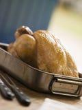 Pollo di arrosto in un cassetto di torrefazione Fotografie Stock Libere da Diritti