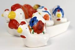 Pollo di Delftware con l'uovo di Pasqua dipinto a mano fotografia stock libera da diritti