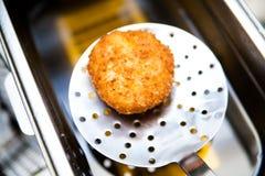 Pollo di Kiev sul cucchiaio perforato Fotografie Stock Libere da Diritti