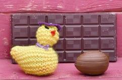 Pollo di lana tricottato fatto a mano di Pasqua, cioccolato dell'uovo di cioccolato Fotografia Stock