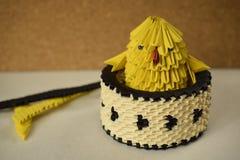 Pollo di origami in una ciotola Immagine Stock