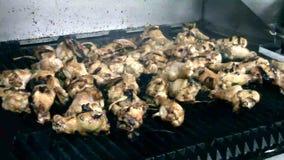 Pollo di tornitura del cuoco unico su una griglia calda del gas archivi video