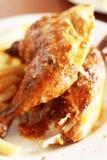 Pollo e chip cotti fotografie stock libere da diritti