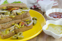 Pollo e panino verde oliva fotografie stock