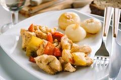 Pollo e peperoni con le cipolle Fotografia Stock