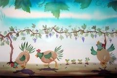 Pollo e pulcini sotto una vigna Fotografie Stock