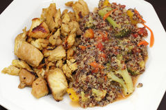 Pollo e quinoa con la cena delle verdure Fotografie Stock