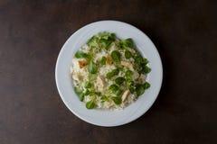 Pollo e riso con l'insalata della valeriana in un plat Immagine Stock Libera da Diritti
