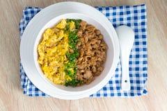 Pollo ed uovo con salsa più Fotografia Stock
