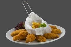 Pollo empanado adornado con las patatas fritas Foto de archivo