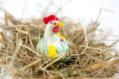 Pollo en el heno Imagenes de archivo