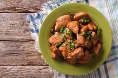 Pollo en primer de la salsa del Adobo en una placa visión superior horizontal Imagenes de archivo