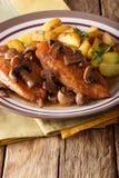 Pollo en salsa de la marsala con las setas y las patatas fritas cerca Fotografía de archivo