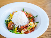 pollo en salsa del teriyaki con arroz y verduras Imagenes de archivo