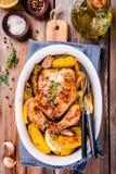 Pollo entero asado con las patatas y el tomillo Fotografía de archivo