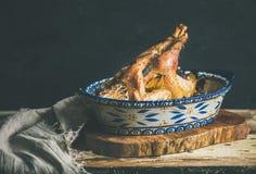 Pollo entero asado para la tabla de la celebración de la Nochebuena fotos de archivo