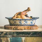 Pollo entero asado para la tabla de la celebración de la Nochebuena, cosecha cuadrada imagen de archivo