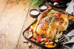 Pollo entero cocido al horno imagen de archivo libre de regalías