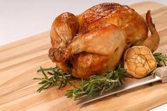 Pollo entero de la carne asada con romero y ajo Imágenes de archivo libres de regalías