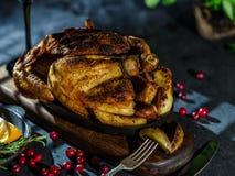 Pollo entero o pavo asado con las verduras y las frutas: ora Fotos de archivo libres de regalías