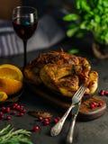 Pollo entero o pavo asado con las verduras y las frutas: ora Fotografía de archivo libre de regalías