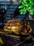 Pollo entero o pavo asado con las verduras y las frutas: ora Foto de archivo libre de regalías