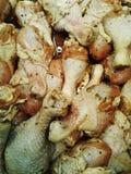 Pollo fresco Piernas de pollo crudas frescas en la bandeja Foto de archivo