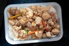 Pollo frito con el hígado, las habas y el chile en el arroz en caja Fotos de archivo libres de regalías