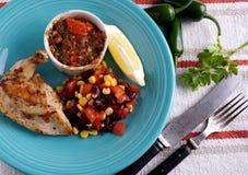Pollo frito con la ensalada de la salsa Imágenes de archivo libres de regalías