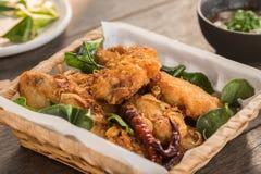 Pollo frito con la hierba en cesta fotografía de archivo libre de regalías