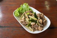 Pollo frito con la hierba tailandesa Fotos de archivo libres de regalías