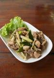 Pollo frito con la hierba tailandesa foto de archivo