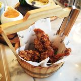 Pollo frito con la salsa del dulce de la almendra Fotos de archivo