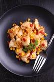 Pollo frito con maíz y pimientas rojas dulces Imagen de archivo libre de regalías