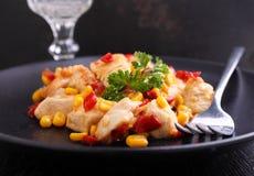 Pollo frito con maíz y pimientas rojas dulces Imágenes de archivo libres de regalías