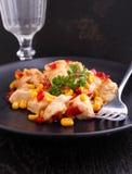 Pollo frito con maíz y pimientas rojas dulces Fotos de archivo