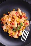Pollo frito con maíz y pimientas rojas dulces Foto de archivo