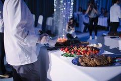 Pollo frito con un acompa?amiento en una tabla blanca festiva foto de archivo libre de regalías
